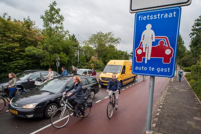 Automobilisten en fietsers delen in de ochtendspits de fietsstraat op de Prins Hendriklaan in Utrecht.