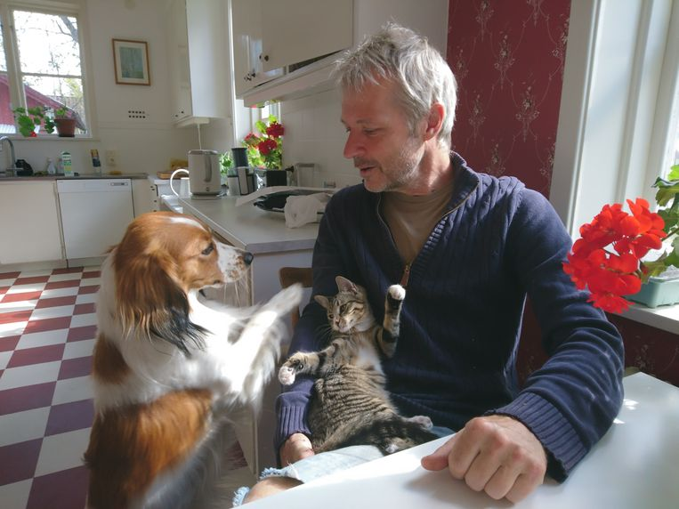 Schrijver Sander Kollaard met hond Floris en poes Miedema, genoemd naar voetbalster Vivianne Miedema. Beeld Susanna Erlandsson