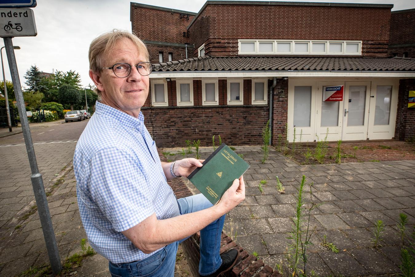 Gerard Löbker bij de oude bibliotheek aan de Vondelstraat. In zijn handen heeft hij een catalogus van die andere bibliotheek, de Stork-bibliotheek, uit 1934. 'Catalogus der fabrieksbibliotheek' staat erop. Met rechtsonder: 'N.V. Machinefabriek Stork & Co.'