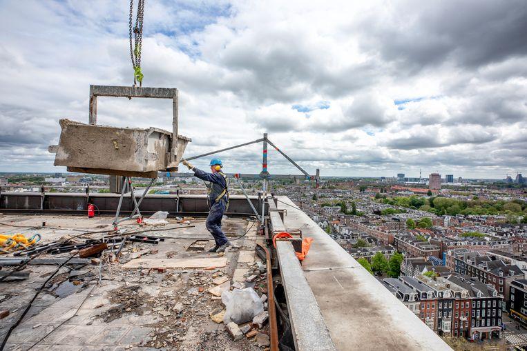 Sloopwerkzaamheden op het dak. Beeld Raymond Rutting / de Volkskrant