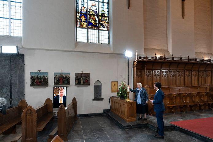 De opening van het kloosterjaar door Koning Willem Alexander en het aansteken van de kaars door zuster Margriet van Vliet (Erfgoedcentrum Nederlands Kloosterleven). Rechts presentator Oscar Kocken.