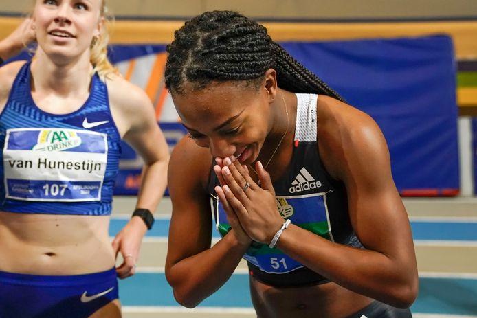 De Utrechtse N'ketia Seedo viert de Nederlandse titel op de 60 meter sprint.