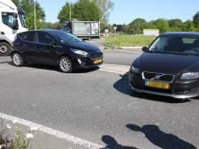 Auto's botsen op rotonde in Wierden