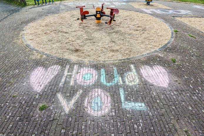 Drie kinderen hebben met stoepkrijt bemoedigende teksten geschreven op de straat rondom woonzorgcentrum Hof van Smeden in Emmeloord. Ook de verpleging wordt niet vergeten.