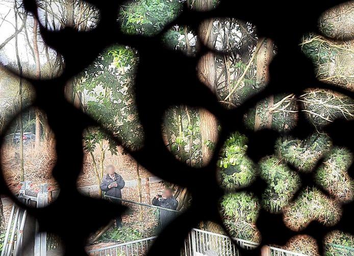 Loerende toezichthouders op bungalowpark Eper Sprengen worden vanuit een bungalow door de raamdecoratie heen gefotografeerd.