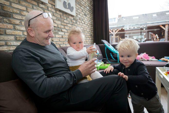 Ron van Gils  met zijn kleinkinderen Joa en Noe. Ron kreeg in maart corona en lag bijna twee maanden in het ziekenhuis.