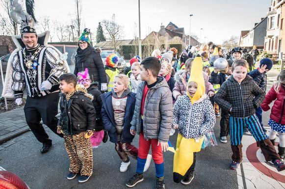 Prins Carnaval Alexander XXXIII kwam samen met de leerlingen van Sint-Lutgart carnaval vieren.