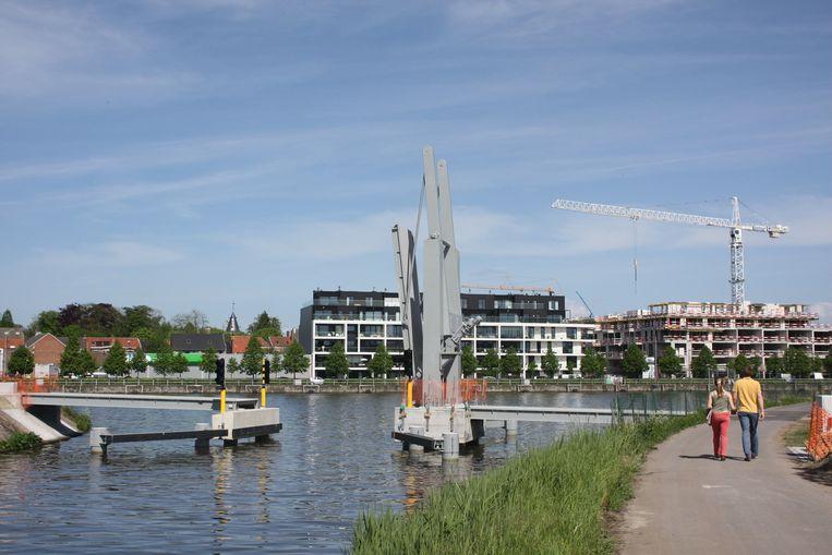 De nieuwe brug over de oude Scheldearm. Binnenkort kunnen fietsers en voetgangers vanop de Trekweg Rechteroever naar de Bourgondiëstraat.