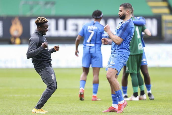 Oussama Tannane danst met Hilary Gong na het duel met Fortuna Sittard, waar een Europees ticket is veiliggesteld. De schaduwspits is op de weg naar de uitgang bij Vitesse.