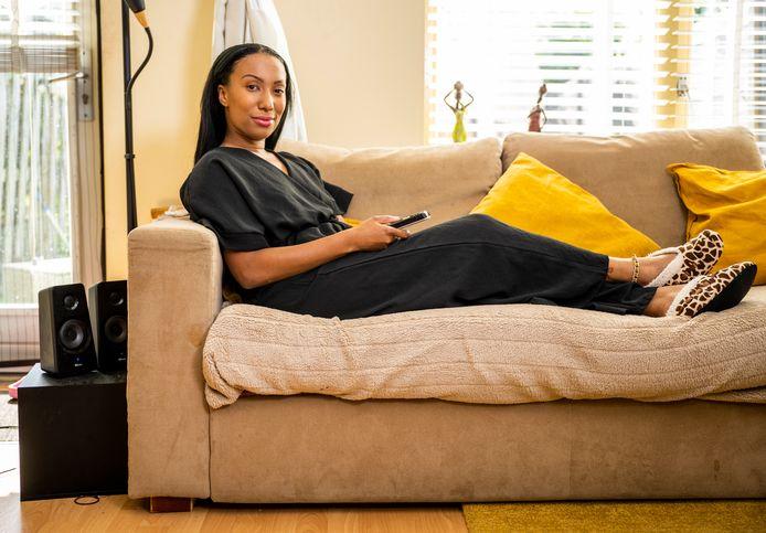 Queen Bernice Rose van carnavalsgroep People's Choice, gewoon op de bank thuis voor de tv.