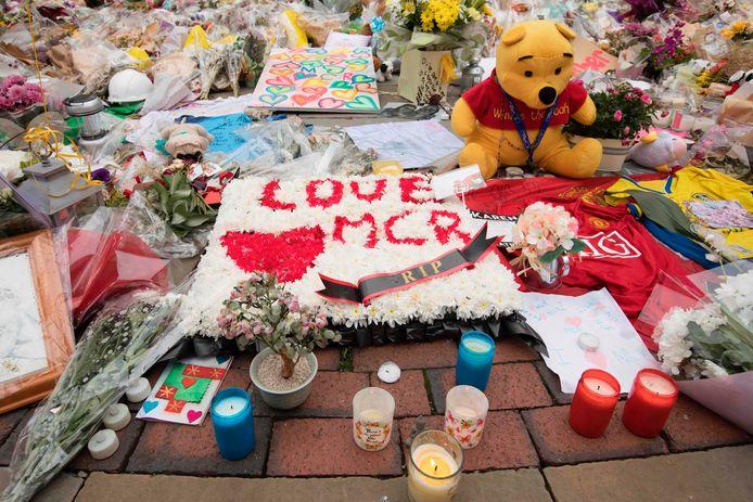 Bloemen en knuffels voor de slachtoffers van de aanslag op de Manchester Arena in 2017.