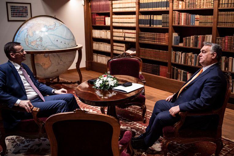Hongaars premier Orbán (r.) en zijn Poolse evenknie Morawiecki in Boedapest. Beeld EPA