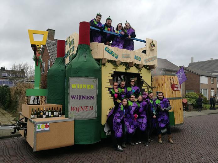 'Carnavalsvereniging Git Nie Bestit Nie uit Leuth gisteren tijdens de optocht in Millingen. Vandaag blijft de zelfgebouwde wagen in de schuur. We zouden meedoen in Leuth en Ooij. Hopelijk gaan de optochten in Beek (maandag) en Breedeweg (dinsdag) wel door.'