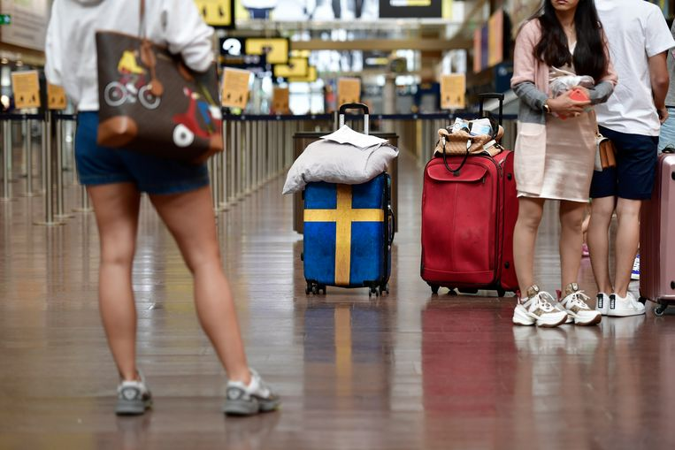 Toeristen op het vliegveld van de Zweedse hoofdstad Stockholm. Beeld EPA