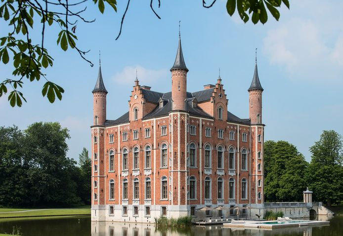Bijna alle verkochte kastelen zijn goed onderhouden of hebben snufjes. Bij dit kasteel in Olsene is er een zwembad in de slotgracht aangelegd.