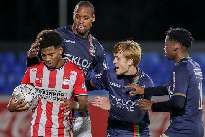 Thomas Beekman (tweede van rechts) probeert na zijn goal de bal te ontfutselen bij Shurandy Sambo van Jong PSV voor een slotoffensief.