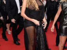 Nabilla dévoile un téton à Cannes
