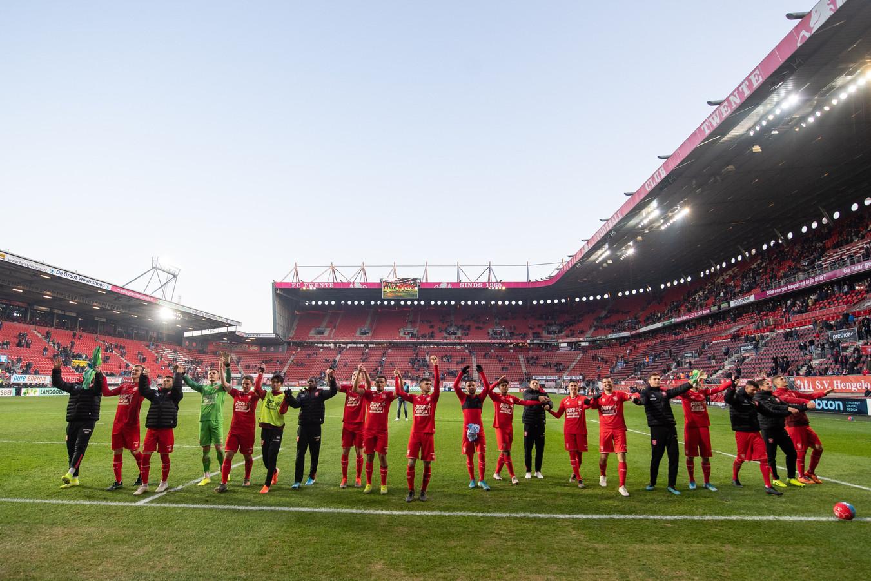 De spelers van FC Twente vieren de belangrijke zege op PEC Zwolle.