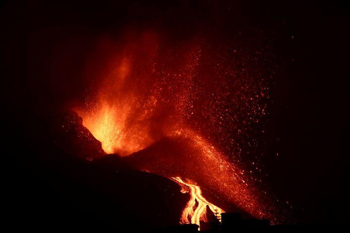 Масса, температура которой составляет около 1000 градусов, ускользнула в субботу после обрушения северной стороны вулканического конуса в Камбер-Вьеха.