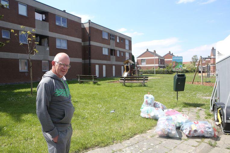 Edmond Stalpaert toont de vuilniszakken aan de Jubileumlaan.