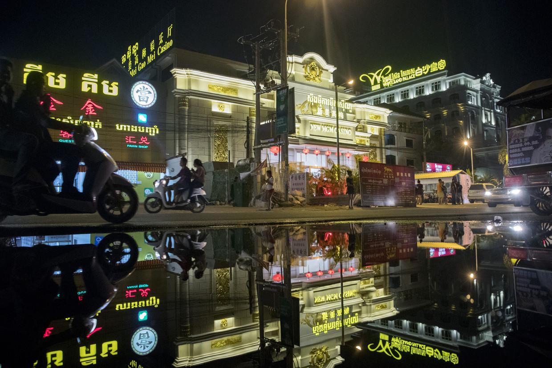 Chinese casino's in Sihanoukville. Het is Cambodjanen bij wet verboden om te gokken, maar de invasie van Chinezen brengt ook daarin verandering. Tientallen casino's zijn de afgelopen jaren in het voormalig backpackerskustdorp uit de grond gestampt.  Beeld  Brent Lewin / Getty