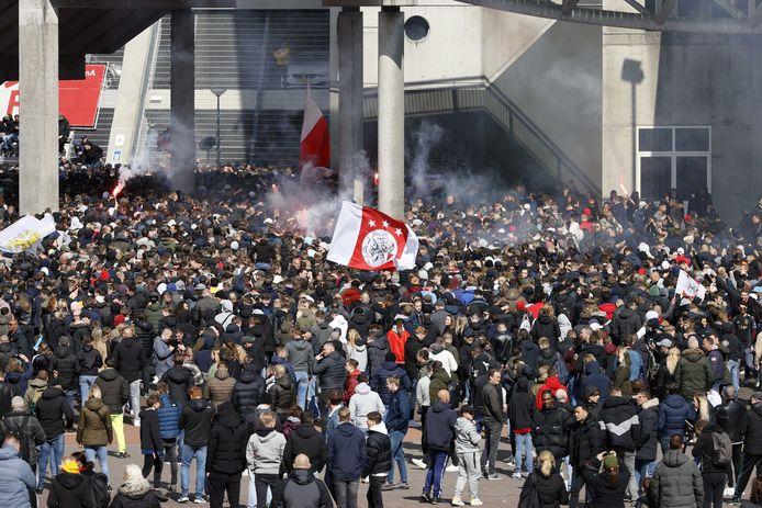 Supporters van Ajax verzamelen zich bij de Johan Cruijff Arena waar Ajax voor de 35ste keer de landstitel won.