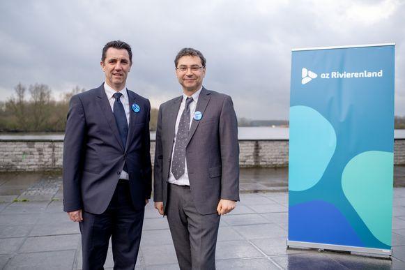 Bart Van Bree (Sint-Jozefkliniek Bornem-Willebroek) en Johan Pauwels (AZ Heilige Familie Rumst) bij het nieuwe logo van AZ Rivierenland