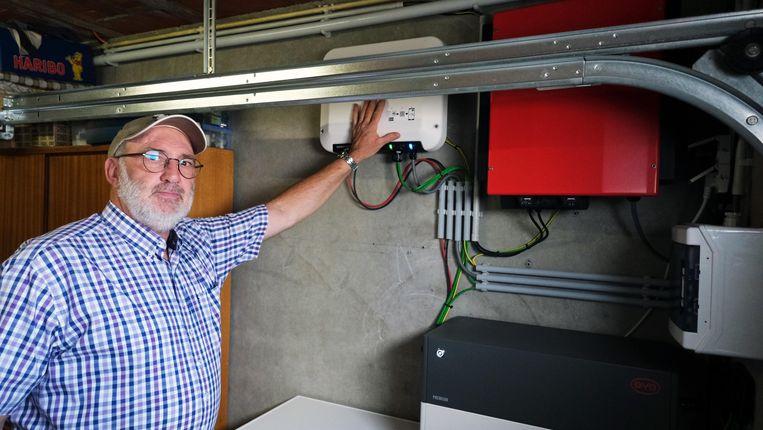 Frank Verolleman vond zijn batterij niet goedkoop, maar vindt het een goede manier om het leven met zonnepanelen meer comfortabel tem aken. Beeld Henk Deleu