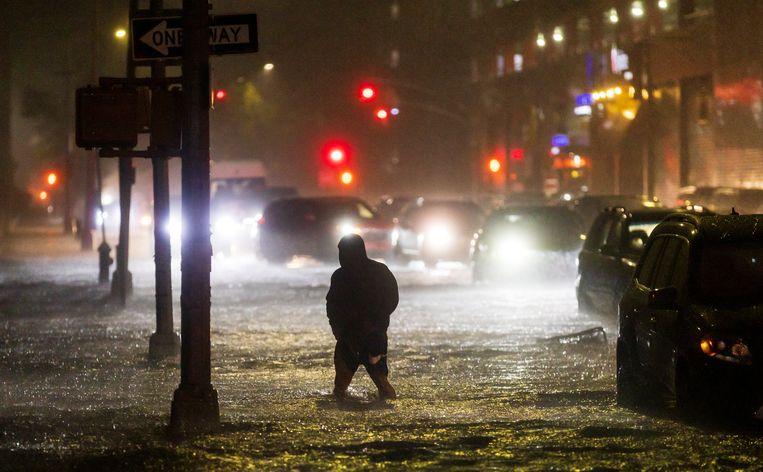 Ondergelopen straten in Queens. In dat stadsdeel in New York zijn tot nu toe de meeste doden gevallen. Beeld EPA