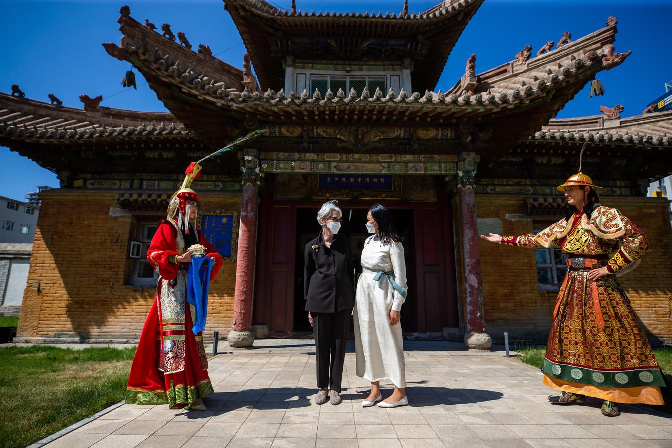 Een delegatie onder leiding van de Amerikaanse onderminister van Buitenlandse Zaken Wendy Sherman (2e L) tijdens het bezoek aan het Choijin Lama Tempelmuseum, zaterdag in Ulaanbaatar in Mongolië.