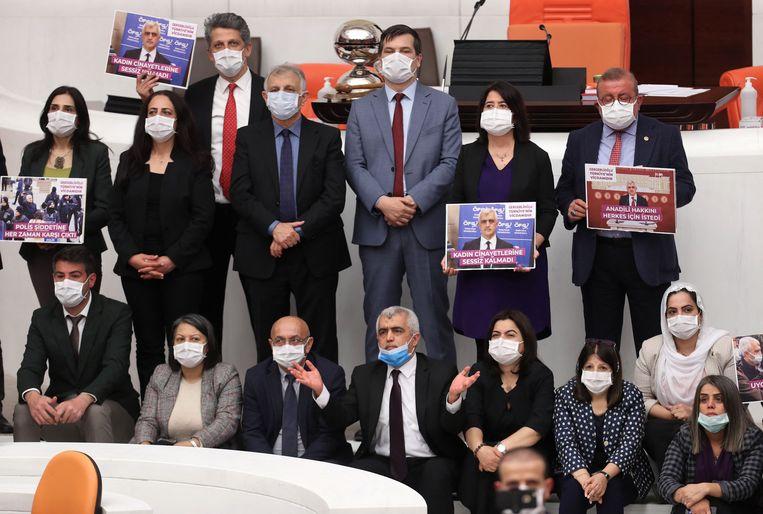 Parlementariërs van de HDP protesteren in het Turkse parlement. Beeld AFP