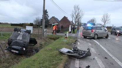 Auto belandt op dak in gracht na botsing op kruispunt