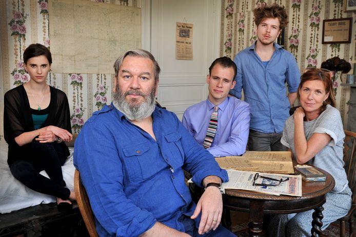 Wim Opbrouck bij Lize Feryn, Sys Matthieu, Wietse Tangheen  Barbara Sarafian op de set van 'In Vlaamse Velden', een reeks over de Eerste Wereldoorlog.  De opnames gebeurden in 2012 en 2013, de reeks werd in 2014 uitgezonden.