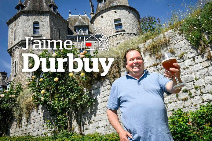 De graaf Jean-Michel d'Ursel klinkt met zijn zelfgebrouwen bier op zijn kasteel in Durbuy.