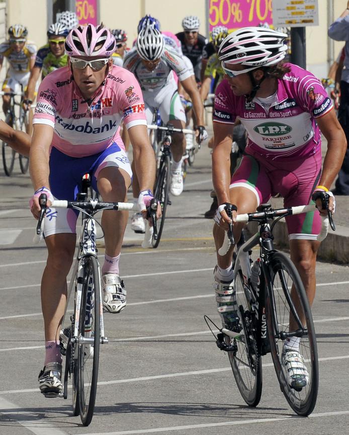 Denis Menchov (l) in de roze trui naast Danilo Di Luca in de paarse trui. Di Luca werd in 2009 gediskwalificeerd na dopinggebruik waardoor de paarse trui naar Menchov ging.