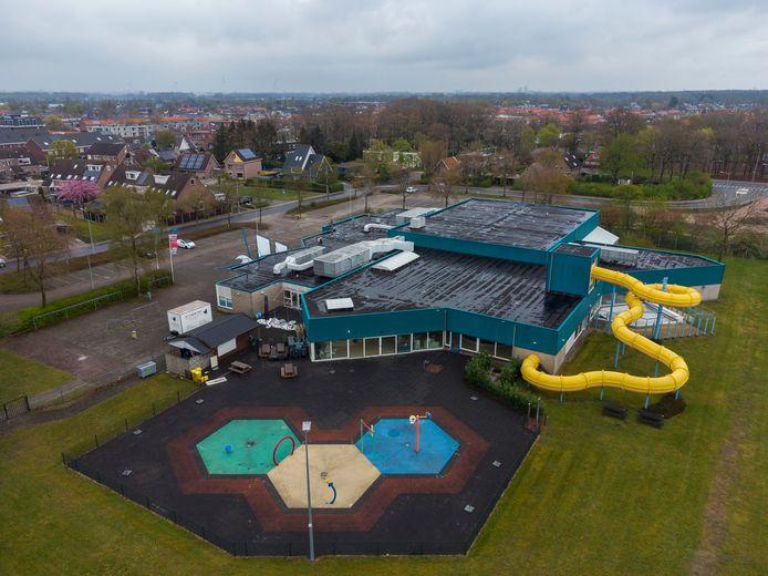 Het dak van zwembad De Veldkamp in Wezep is in beeld voor bijna 300 zonnepanelen. En wat als het bad onverhoopt toch moet sluiten? ,,Die kans is nihil, maar dan verkopen we ze'', zegt wethouder Bob Bergkamp.