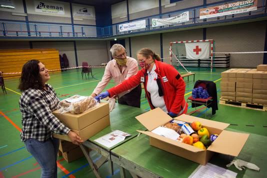 Het Rode Kruis deelt al enige tijd voedselpakketten uit aan mensen die hard getroffen zijn door de coronacrisis.