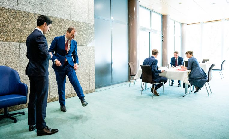 Lodewijk Asscher (PvdA) en Rob Jetten (D66) tijdens de schorsing van dag twee van de Algemene Beschouwingen in de Tweede Kamer in september vorig jaar.  Beeld Freek van den Bergh / de Volkskrant