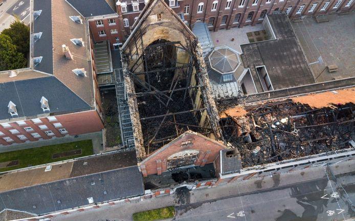 Op luchtbeelden is de schade na de brand in de kapel en het klooster goed te zien.