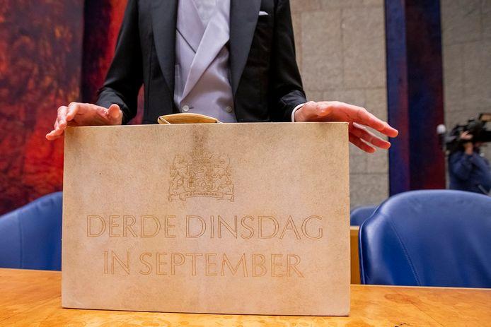 Minister Wopke Hoekstra van Financiën presenteert in de Tweede Kamer het koffertje met de rijksbegroting en miljoenennota. Foto van vorig jaar.