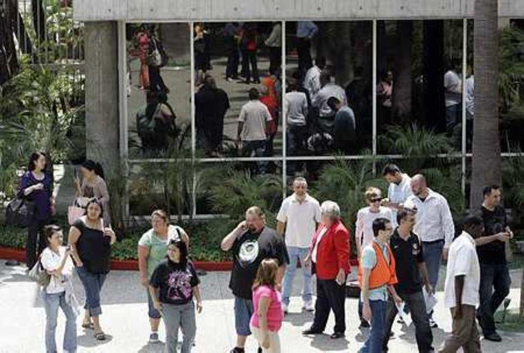 Mensen in downtown LA worden geëvacueerd na de aarbeving. Foto AP/Kim Johnson Flodin Beeld