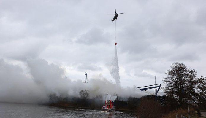 Defensie helikopter stort water over brand bij A.V.I in Den Bosch