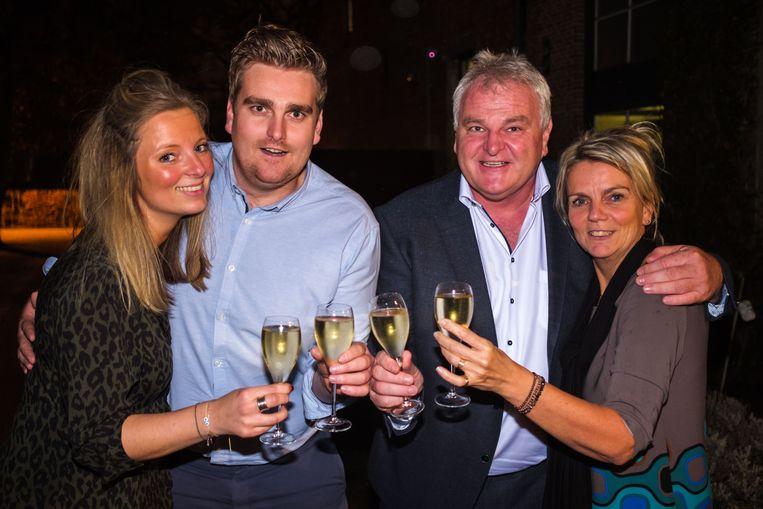 Seppe Gys viert met zijn vriendin Britt Gestels, vader Frank en moeder Christel.