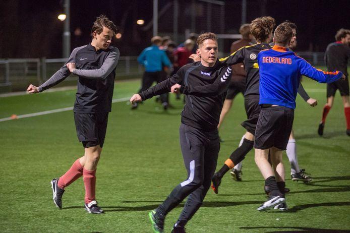 Stan de Laat tijdens de voetbaltraining van Avesteyn 1 in Dinther.