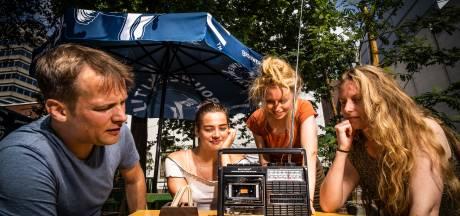 Als een groot scherm niet mag op het terras, dan maar vintage radio's