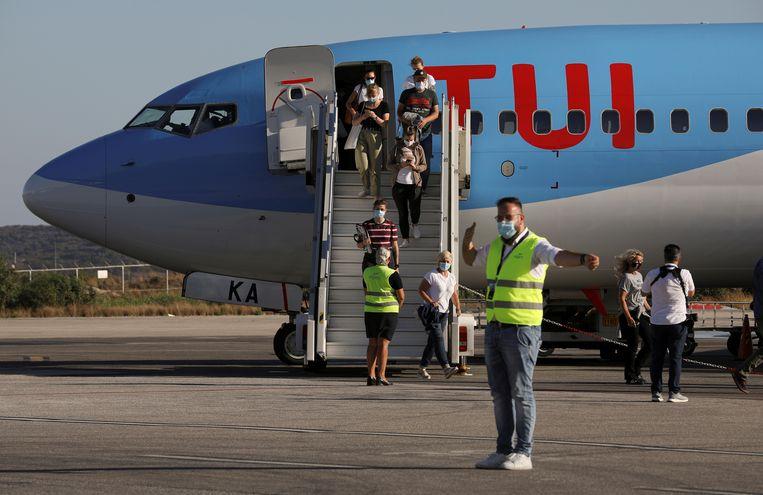 Toeristen komen aan op Kos, juni 2020.  Beeld REUTERS