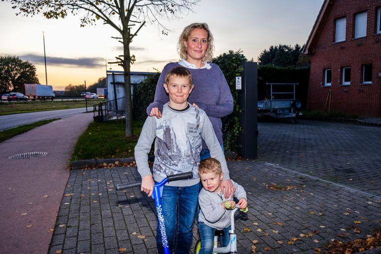 Gillian Wendelen met zoontjes Arsen en Lenn wonen al 5 jaar vlak bij de snelweg.