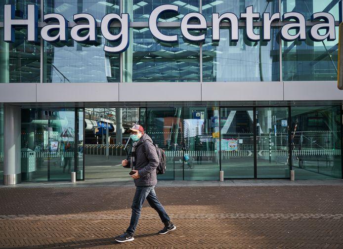 Een man met een mondkapje in het centrum van Den Haag. De stad ontwaakt een dag nadat het kabinet aangescherpte maatregelen heeft aangekondigd tegen het coronavirus.