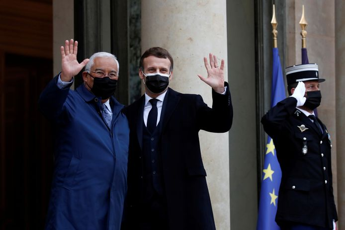Premier Costa van Portugal en president Marcon van Frankrijk: donderdag nog vrolijk zwaaiend, nu allebei in isolatie.