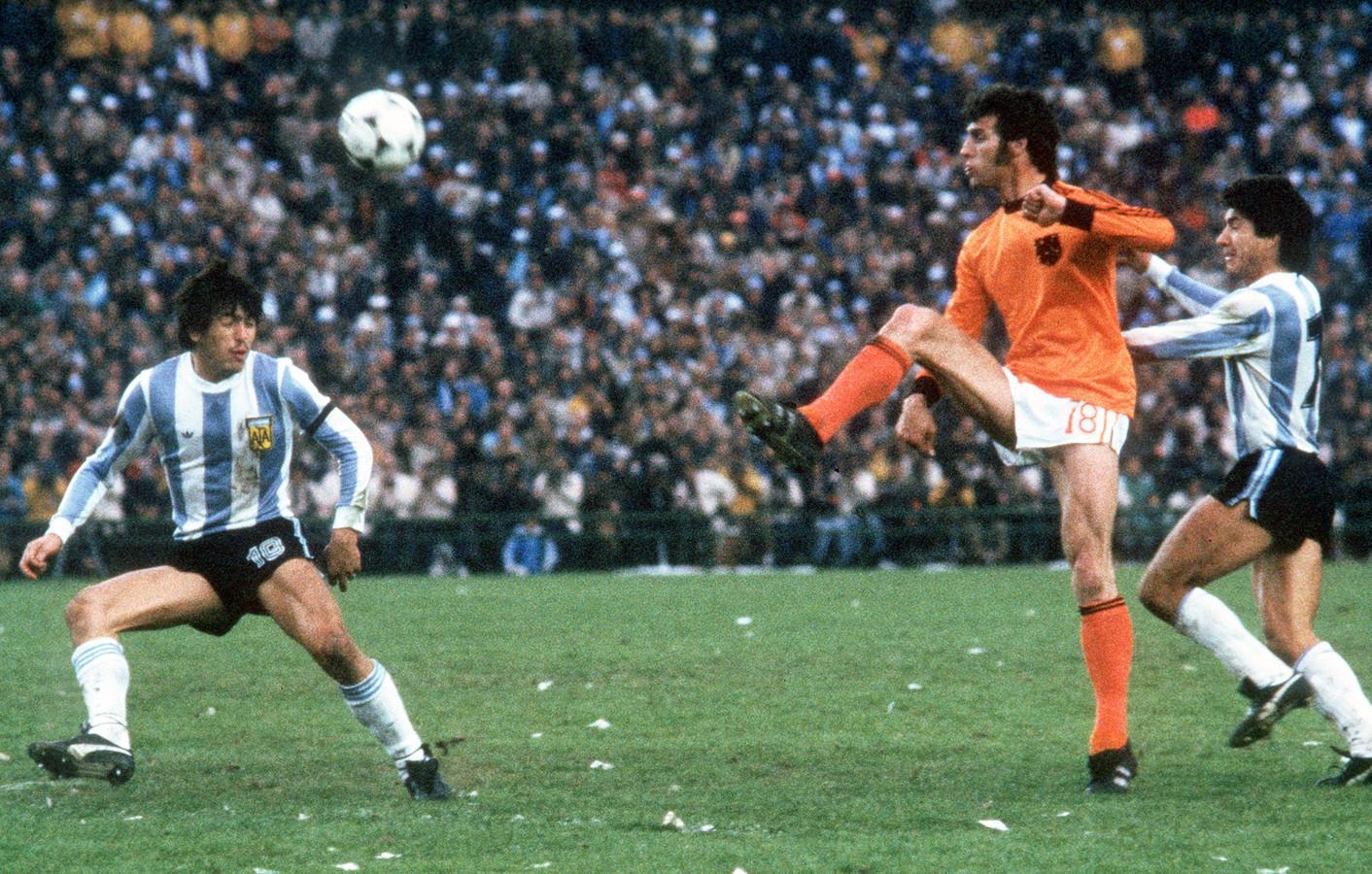 Dick Nanninga (m) in duel met Daniel Passarella (l) en Omar Larrossa (r).